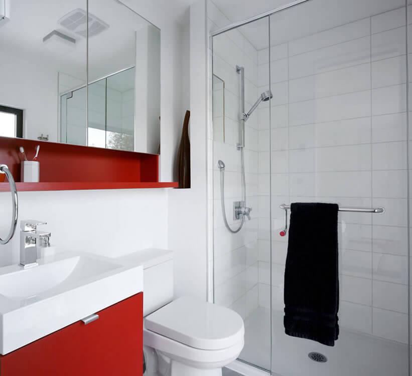 Box que ocupa pouco espaço, são comuns em banheiros em que a ducha fique em um dos cantos do espaço.