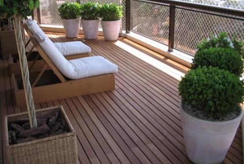 deck de madeira na varanda