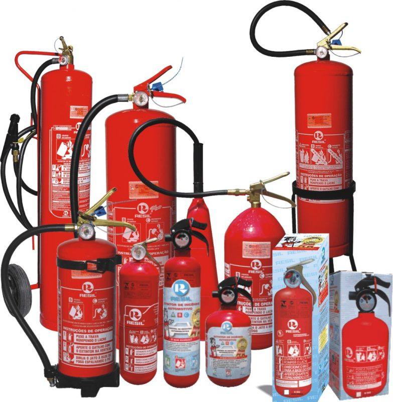 Diversos modelos de extintores portáteis lado-a-lado