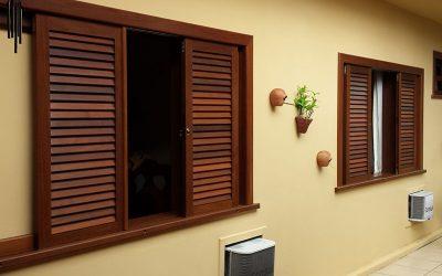 Janelas de madeira são uma das opções mais comuns em esquadrias no país, estando presentes desde em casas populares à grandes mansões as janelas de madeira.