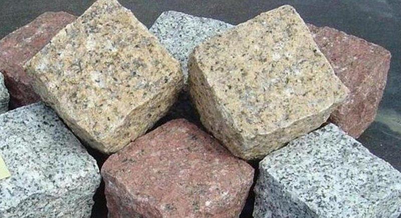 As pedras de granito são extraídas em grandes blocos da natureza. Seus usos são os mais diversos na construção: Revestimentos de granito, placas, painéis, mesas, balcões de pia, pingadeiras, entre outros.