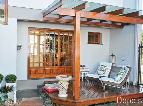 Modelo de varanda feito na parte externa coberto com pérgola com vidro