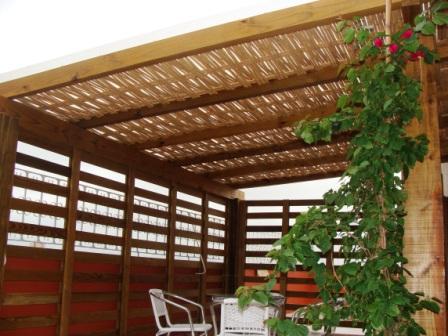 Pergolado de madeira e bambu