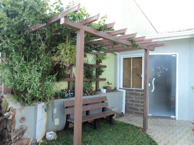 Estrutura de pergola feira com madeira plástica, assim como o banco para o jardim