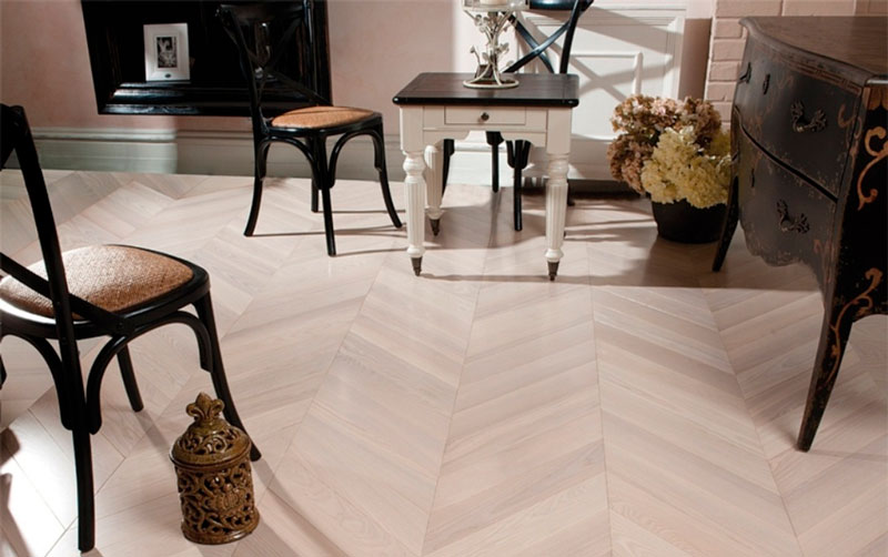 Revestimento de piso com parquet claro