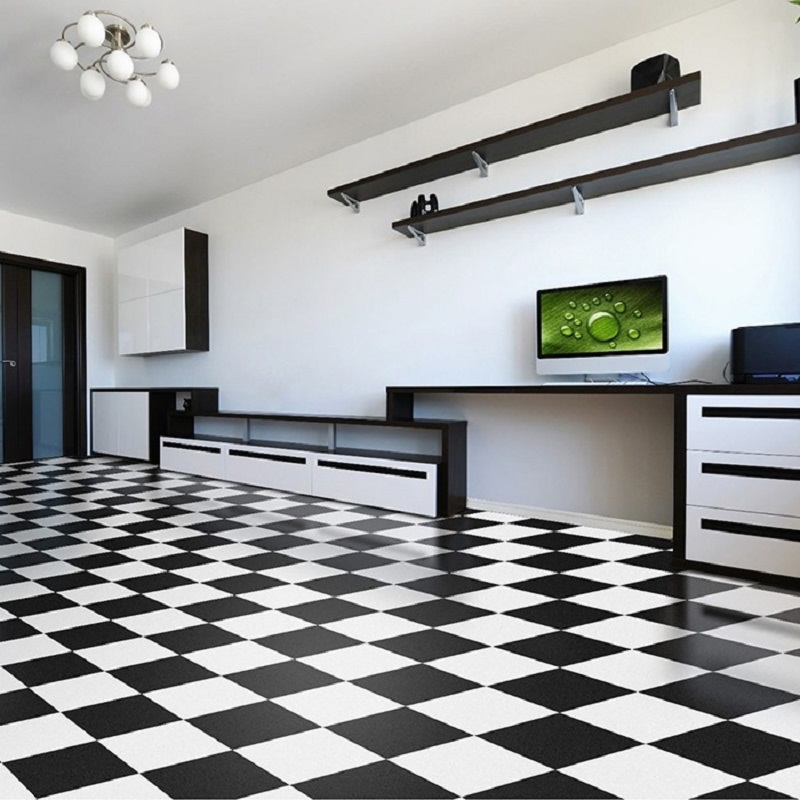 Paviflex preto e branco na sala, criando um efeito xadrez