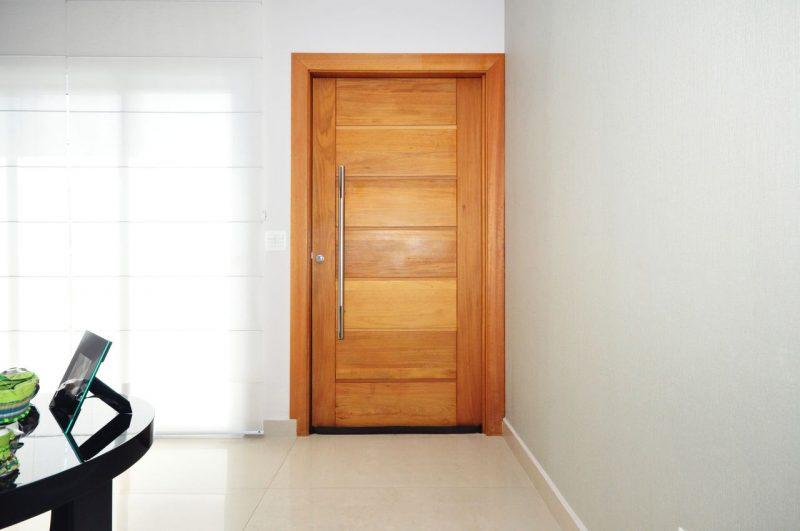 Portas de madeira são um recurso em esquadrias presentes nas casas mais populares às maiores mansões de luxo. A diversidade de modelos de portas de madeira no mercado surpreende o consumidor.