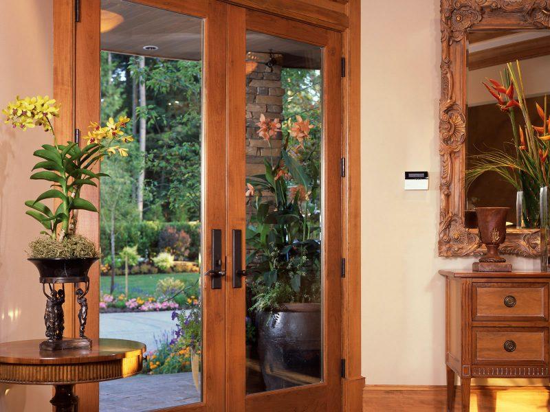 uma das diversas alternativas em portas de madeira inclui o uso de vidros na folha da porta, permitindo assim iluminação do ambiente.