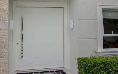 Confira este modelo elegante de porta de madeira, confeccionado em madeira, e pintado de branco