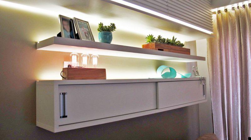 Modelo simples de prateleiras de madeira combinados com iluminação indireta pode criar um excelente efeito na parede.