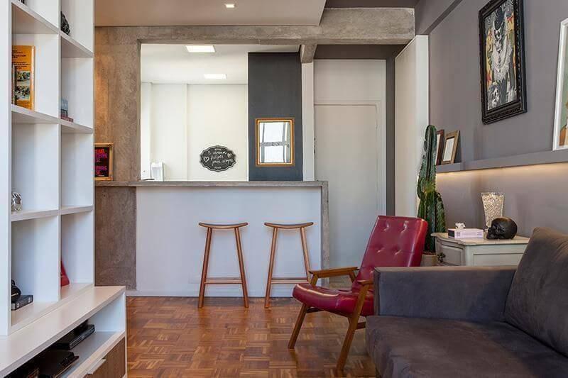 Sala de estar integrada com piso parquet