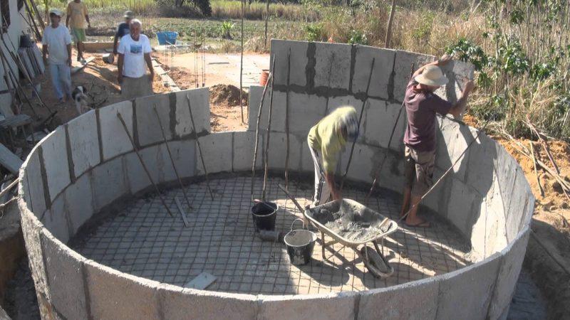 Construção de cisterna feita com anéis de concreto pré-moldado