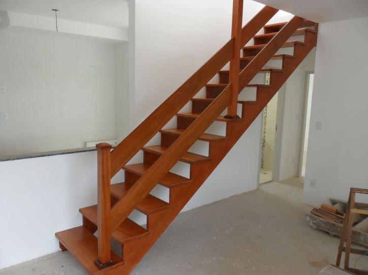 Escada reta de madeira