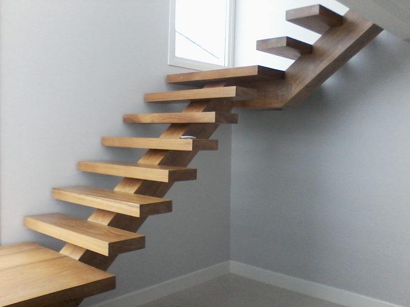 Escada de madeira reta, sem corrimão.