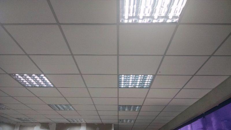 Forro de isopor modulado para encaixe junto às calhas das lâmpadas