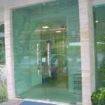 porta de vidro na recepção