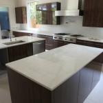 bancada de cozinha feita em granito branco, com tampos de granito alisado
