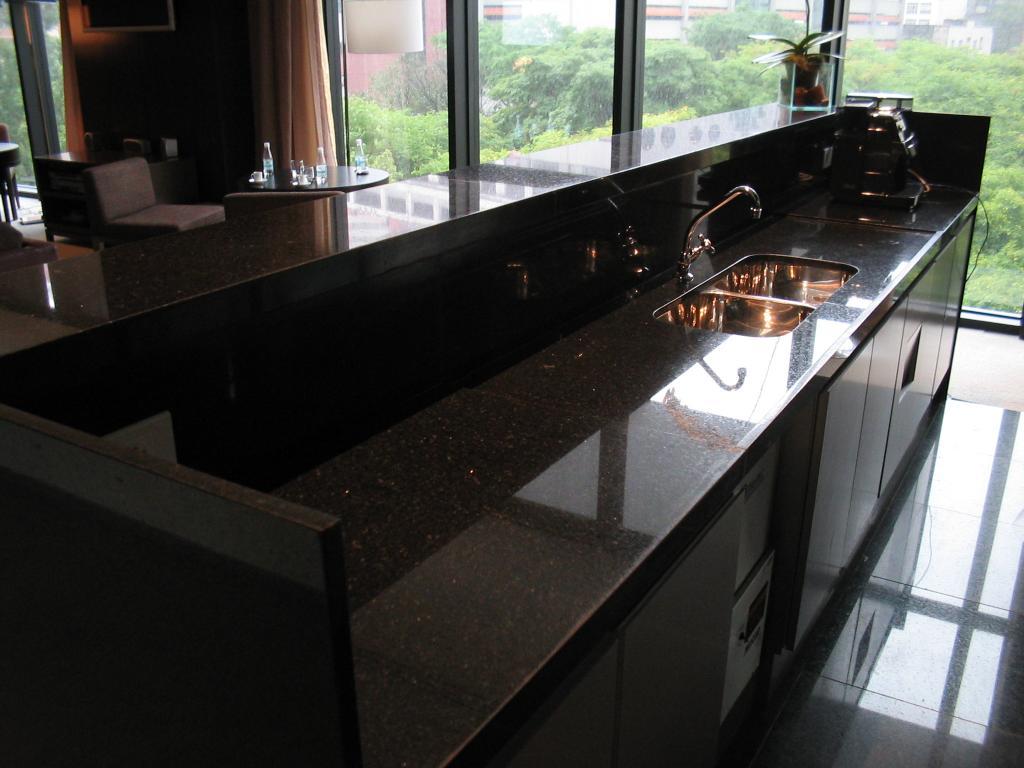 bancada é feita em granito preto bastante elegante para o design de  #688B40 1024 768