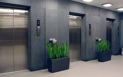 Elevador com portas abertas
