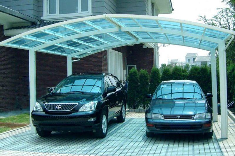 Cobertura de garagem de policarbonato para a proteção de carros, porém permitindo a entrada de luz.