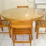 mesa de madeira com tampo e vidro