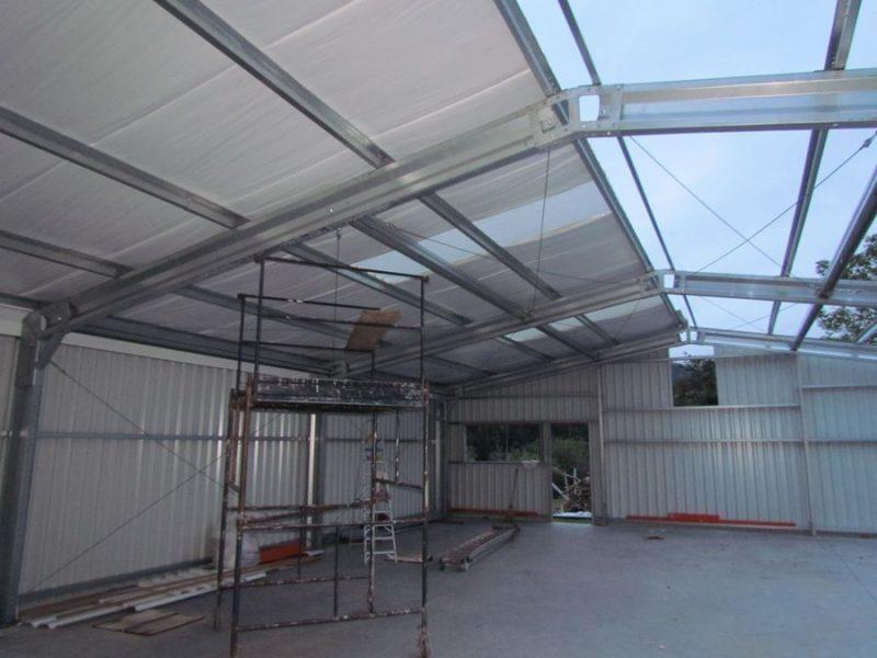 manta térmica instalada sob o telhado de um pavilhão