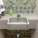 Nesse pequeno lavabo, a pia foi feita com o granito branco itaúnas,