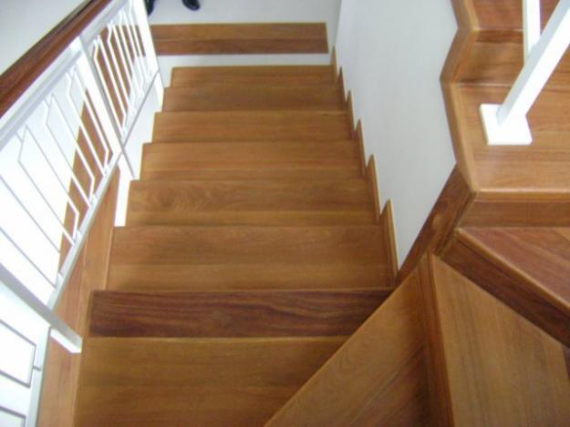 assoalho de madeira em escada, combinando com piso de ambientes