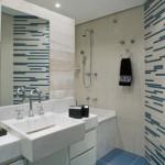 banheiro pequeno decorado com listras