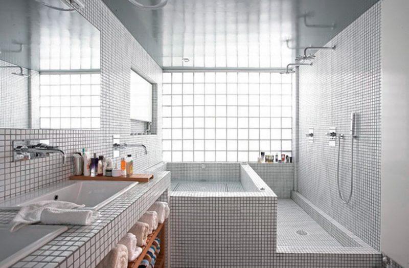 Tijolo de vidro é uma alternativa de vedação translúcida, permitindo a entrada de luz sem abrir rasgos na parede