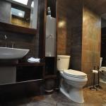 banheiro decorado com tons de madeira