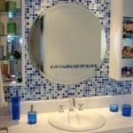 pastilhas rodeando espelho redondo para banheiro