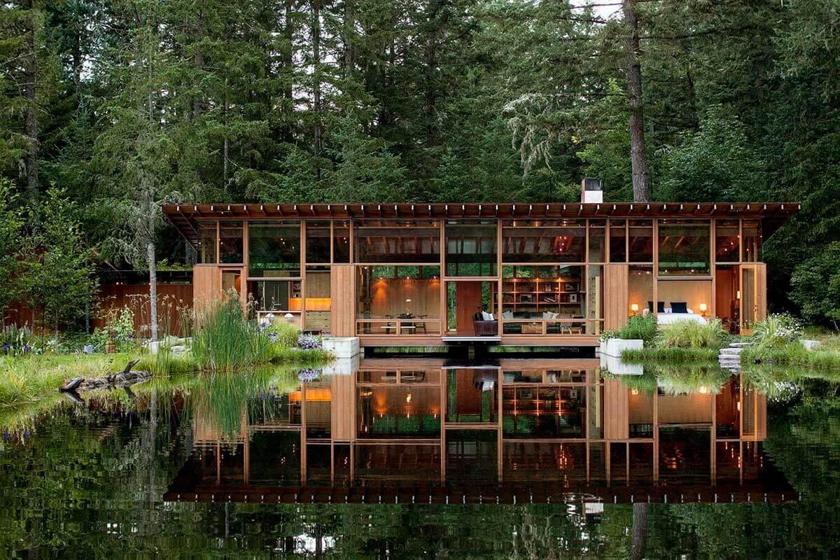 Casa de madeira sobre lago