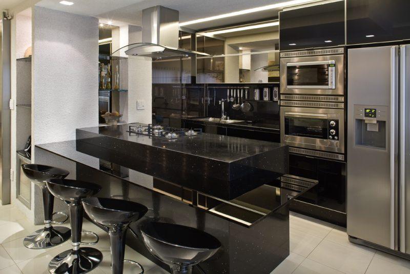 Cozinha americana com bancada preta