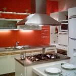 Cozinha planejada com coifa sobre fogão