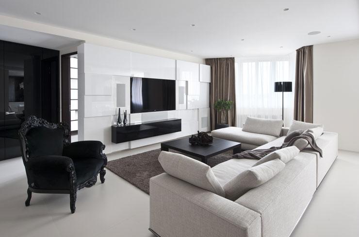 Sala decorada com móveis de tonalidades branco e preto, criando grandes contrastes nas cores da sala