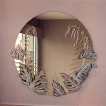 espelho redondo com flores e vegetação