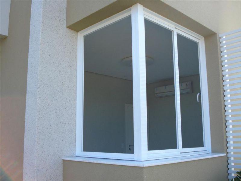 janela em alumínio no canto de paredes
