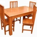 Mesa simples de madeira com quatro cadeiras