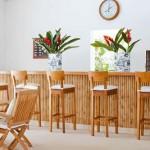 Balcão e cadeiras de madeira