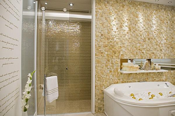 Pastilhas de vidro no revestimento interno de banheiro