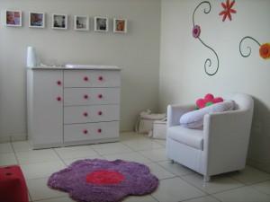 quarto infantil decorado com branco e rosa
