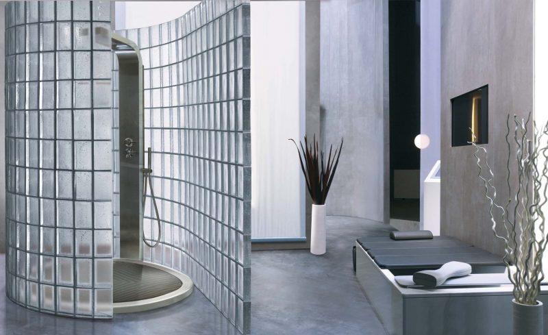 Banheiro com parede de vedação de tijolos de vidro