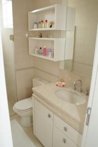banheiro com móveis bege