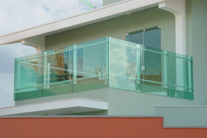 sacada de vidro temperado - a alta resistência do material permite este emprego.