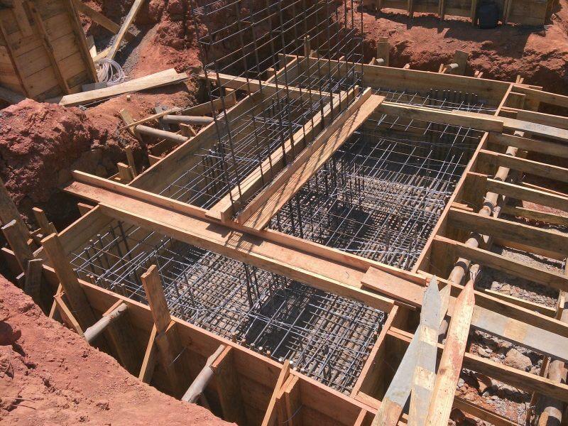 Armadura de um bloco de fundação. O bloco é uma peça imensa que tem por objetivo garantir a rigidez da base de um prédio, através de sua inércia e de sua base ampliada.