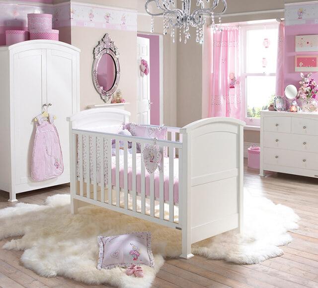 Decoração de quarto de bebês branco e rosa