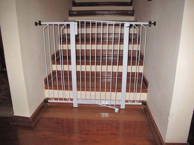Grade de proteção infantil ou animais para impedir que saiam de um ambiente ou desçam a escada.