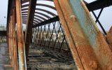 Estrutura em concreto armado que sofreu com a corrosão provocada pela maresia. Perceba que houve completo rompimento do concreto ao redor das barras de aço.