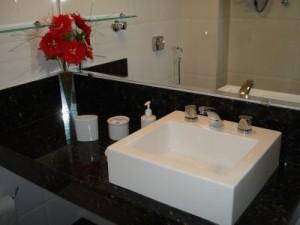 Pia de banheiro com balcão preto